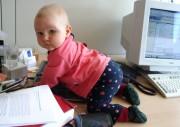 Baby auf Schreibtisch unterwegs
